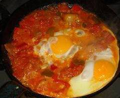 Shakshuka árabe de arroz y huevos