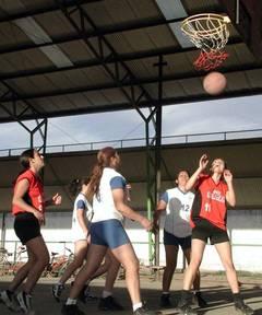 Mujeres jugando al baloncesto