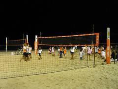 Jugando voleibol infantil
