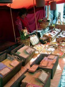 Puesto en mercado medieval de artesanías