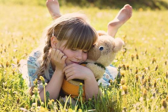 niña con muñeco