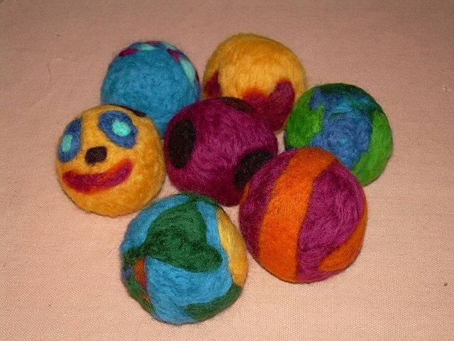 C mo hacer bolitas de fieltro para hacer manualidades - Manualidades en lana ...