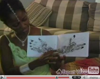 Nakia mostrando plantillas de diseños árabes