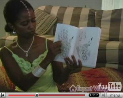 Nakia mostrando plantillas para tatuajes en manos